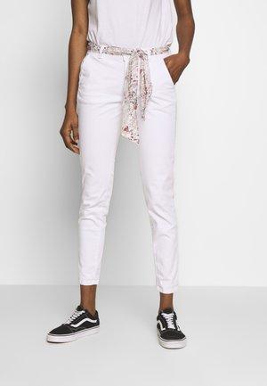 LIDY - Spodnie materiałowe - white