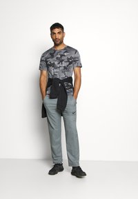 Nike Performance - DRY TEE - Print T-shirt - smoke grey/grey fog - 1