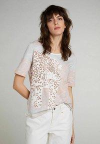 Oui - Print T-shirt - rose orange - 0