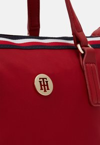 Tommy Hilfiger - POPPY SMALL TOTE CORP - Bolso de mano - red - 3