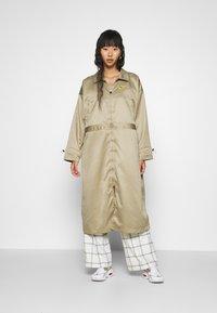 Nike Sportswear - W NSW ICN CLSH LNG JKT SATIN - Veste légère - mystic stone - 0