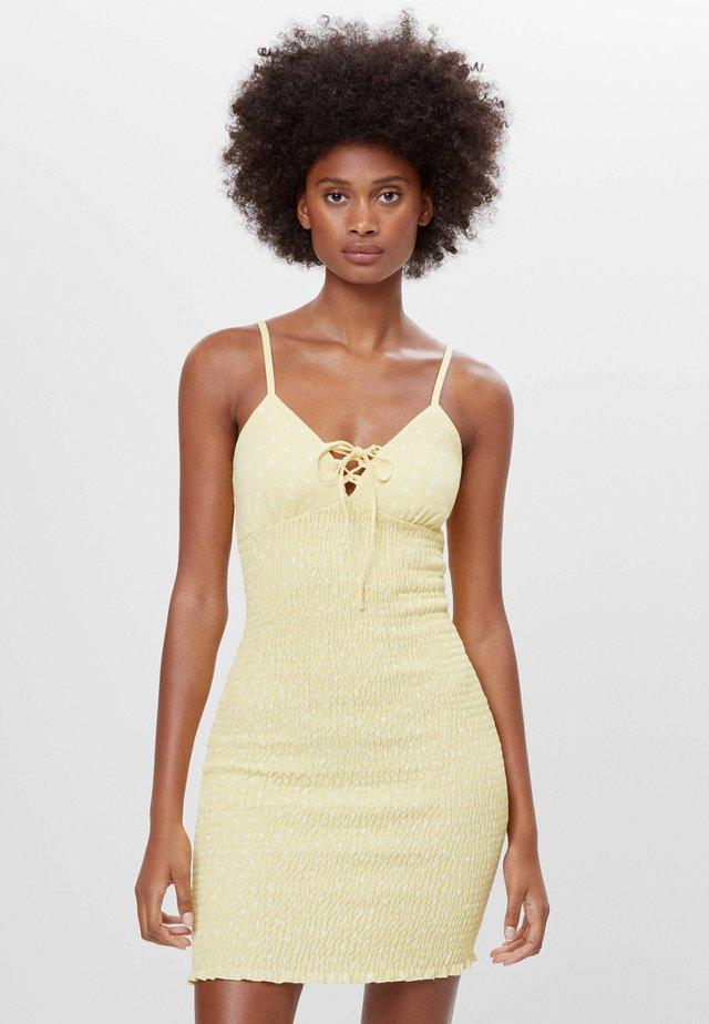 GESMOKTES MIT SCHLEIFE - Jumper dress - yellow