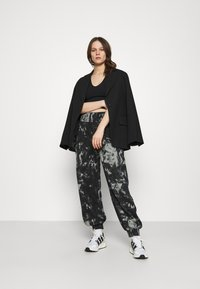 KENDALL + KYLIE - OVERSIZED HIGH RISE - Tracksuit bottoms - black/grey - 1