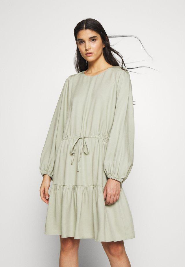 PRALENZA ELISSA DRESS - Vapaa-ajan mekko - jade green
