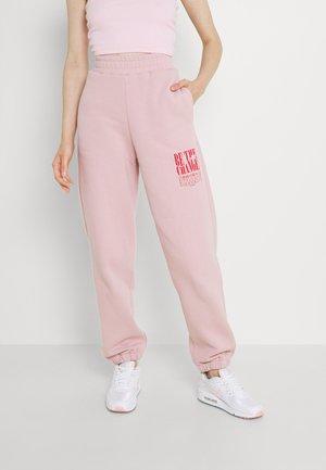 HIGH WAIST OVERSIZED PRINT JOGGERS - Pantalones deportivos - light pink
