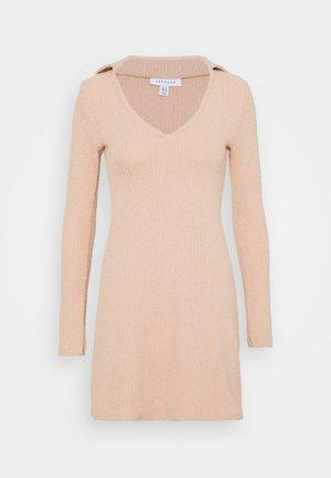 COLLARED COSEY MIDI - Gebreide jurk - blush