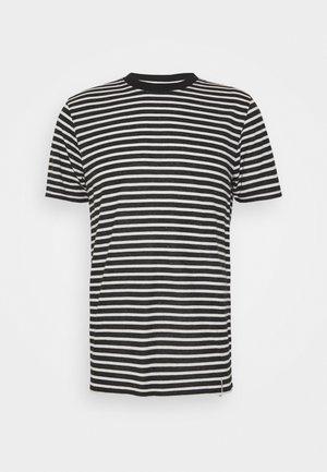 AKROD - Print T-shirt - caviar