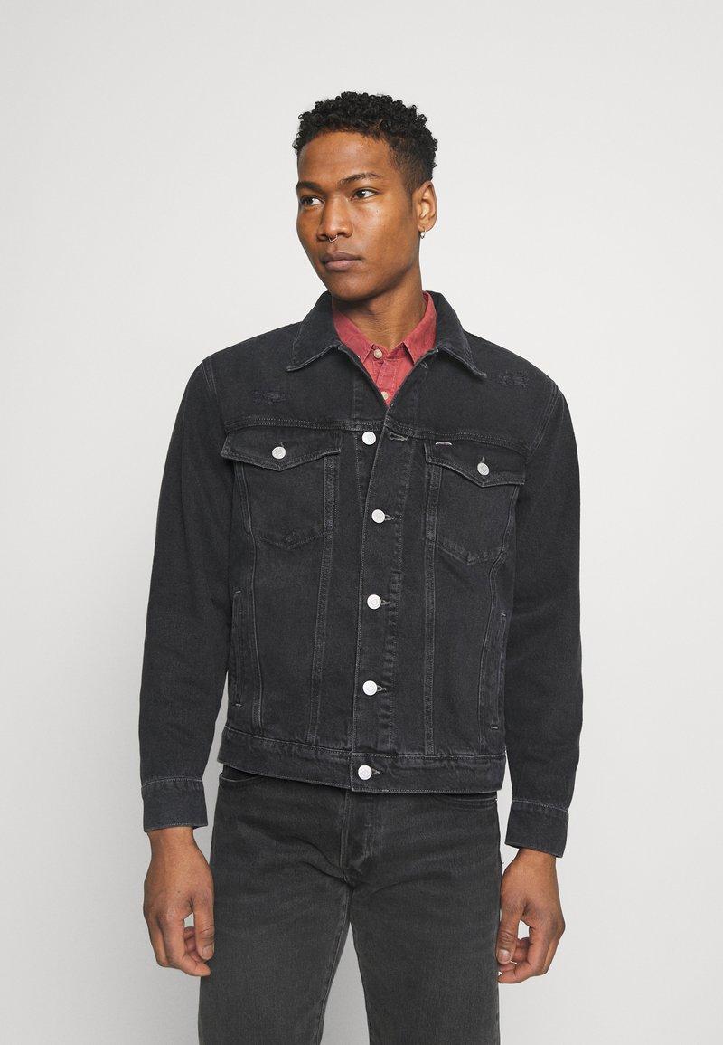 Tommy Jeans - TRUCKER JACKET UNISEX - Veste en jean - save black