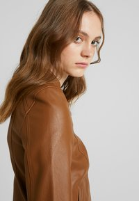 Vero Moda - VMSHEENA SHORT JACKET - Faux leather jacket - cognac - 3