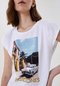 LIU JO - WITH PRINT AND APPLIQUÉS - Print T-shirt - white - 3