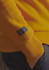 Superdry - TRACK & FIELD CLASSIC CREW - Collegepaita - upstate gold - 3