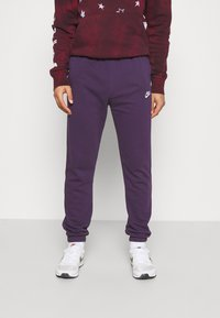 Nike Sportswear - CLUB PANT - Pantalon de survêtement - grand purple/grand purple/white - 0