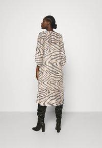 Second Female - DRESS - Denní šaty - humus - 2
