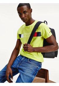 Tommy Hilfiger - Print T-shirt - yellow - 3