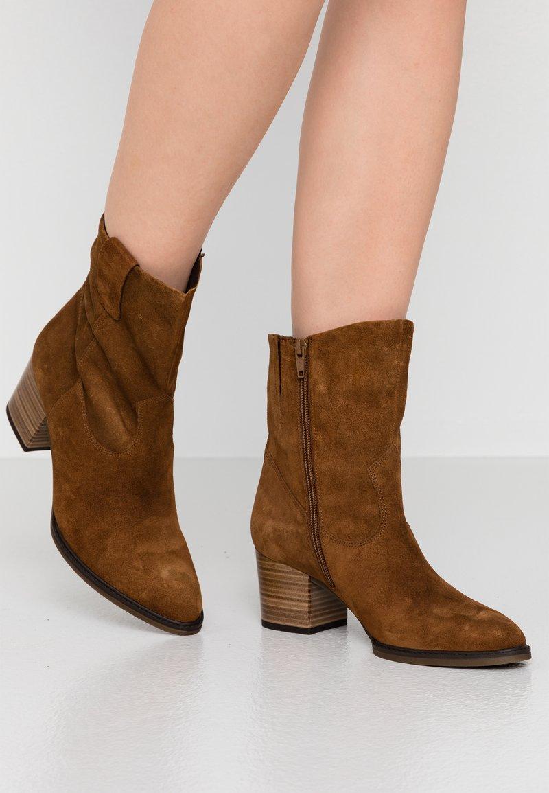 Gabor Comfort - Cowboy/biker ankle boot - cognac