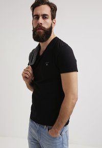 GANT - THE ORIGINAL  SLIM FIT - Jednoduché triko - black - 3