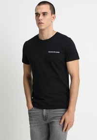 Calvin Klein Jeans - SMALL INSTIT LOGO CHEST TEE - T-Shirt basic - black - 0