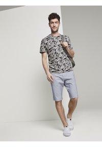 TOM TAILOR - Print T-shirt - dark grey leaf design - 2