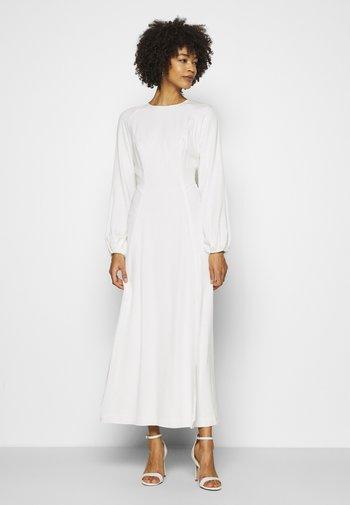 AUCUBABERRY - Společenské šaty - snow white