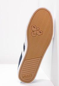 Hummel - SLIMMER STADIL - Sneakers laag - dress blue/white - 4