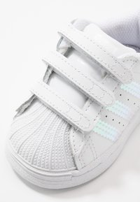 adidas Originals - SUPERSTAR - Sneakersy niskie - footwear white - 2