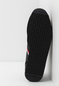 Tommy Hilfiger - ICONIC RUNNER - Trainers - black - 4