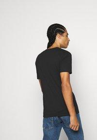 Calvin Klein Jeans - 3 PACK SLIM TEE - T-paita - black/ grey heather/bright white - 2