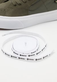 Vans - SK8 MID GORE-TEX UNISEX - Sneakersy wysokie - grape leaf/true white - 5