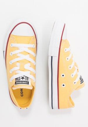 CHUCK TAYLOR ALL STAR TWISTED VARSITY - Sneakersy niskie - topaz gold/garnet/white