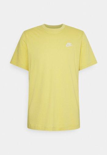 CLUB TEE - T-shirt - bas - saturn gold