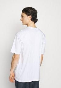 Pegador - CALI TEE UNISEX - Triko spotiskem - white/black - 2