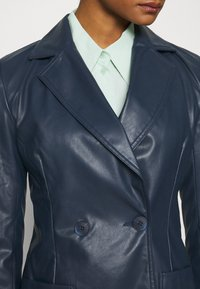 Who What Wear - 70S FITTED JACKET - Faux leather jacket - dark navy - 5
