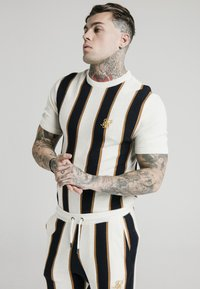 SIKSILK - Print T-shirt - off white/navy/gold - 0