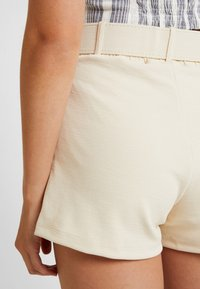 Nly by Nelly - TAILORED BELT SHORTS - Szorty - creme - 5