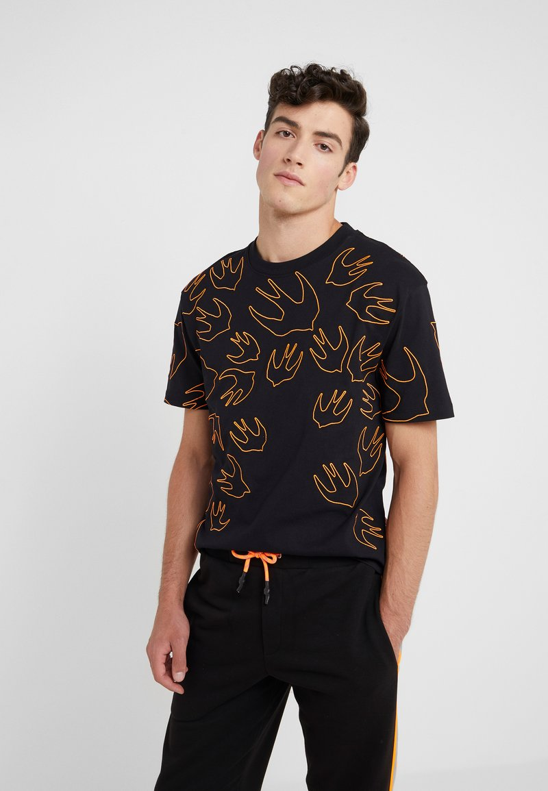 McQ Alexander McQueen - DROPPED SHOULDER TEE - T-shirt imprimé - darkest black