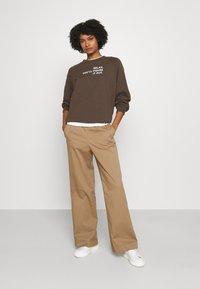 DESIGNERS REMIX - WILLIE - Sweatshirt - dusty brown/white print - 1