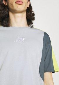New Balance - Print T-shirt - light cyclone - 4