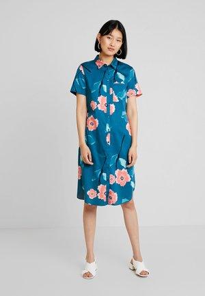 CASUAL FIT - Shirt dress - eucalyptus/lagune/calypso red