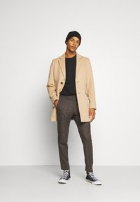 Isaac Dewhirst - CHECKFLAT FRONT TROUSER - Broek - brown - 1