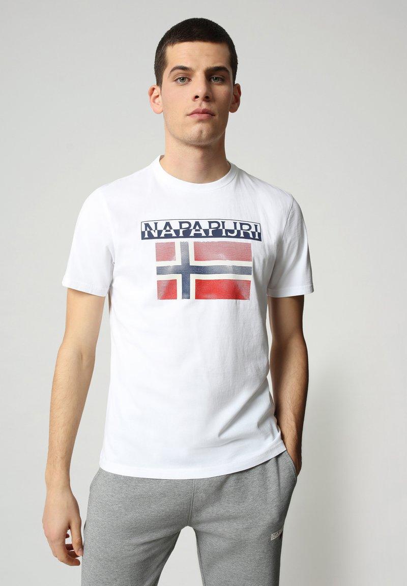 Napapijri - S-SURF FLAG - Print T-shirt - bright white