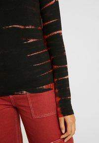 Weekday - MEJA - Langærmede T-shirts - tie dye red - 5