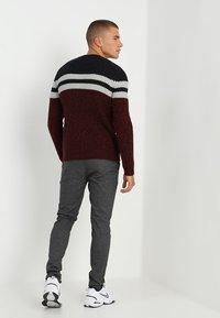 Only & Sons - ONSLAZLO STRIPED CREW NECK - Stickad tröja - cabernet - 2