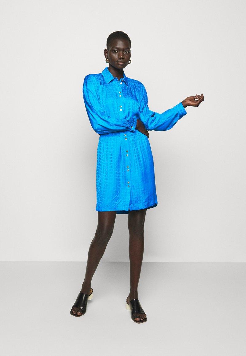 Pinko - DEGNO ABITO JACQUARD GEOMETRICO - Košilové šaty - light blue