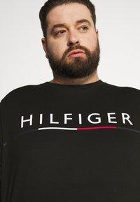 Tommy Hilfiger - GLOBAL STRIPE TEE - T-shirt print - black - 3