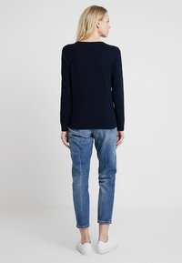 Tommy Hilfiger - HERITAGE V NECK  - Sweter - midnight - 2