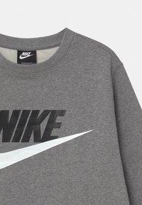 Nike Sportswear - PLUS CLUB CREW - Sweatshirt - carbon heather - 2