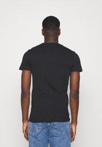 Calvin Klein Jeans - MIRROR LOGO SLIM FIT TEE - T-shirt z nadrukiem - black - 2