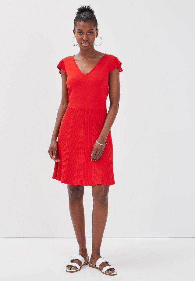 MIT SAUM - Abito in maglia - rouge