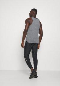 Nike Performance - Teplákové kalhoty - black/reflective silver - 2