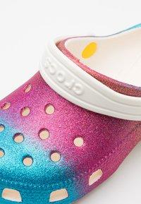 Crocs - CLASSIC OMBRE GLITTER CLOG  - Sandały kąpielowe - oyster/multicolor - 5